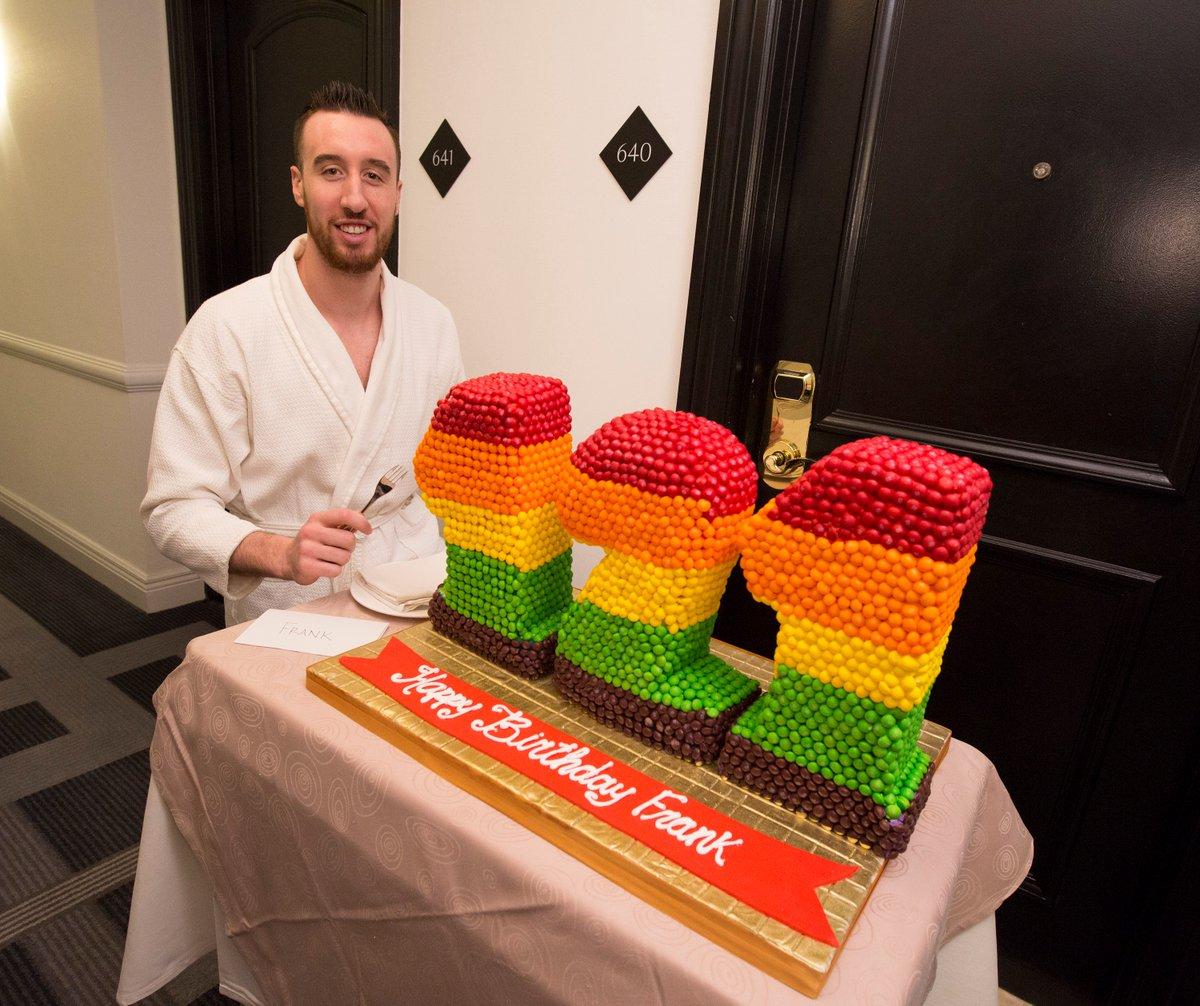 [阿卡明斯基简介]卡明斯基晒自己收到的121岁生日蛋糕